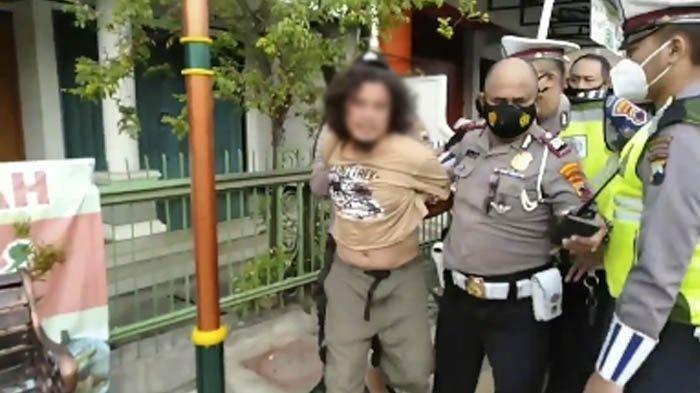 Pria Gondrong Ini Ditangkap karena Pukul Polisi Saat Terjaring Razia Masker di Solo