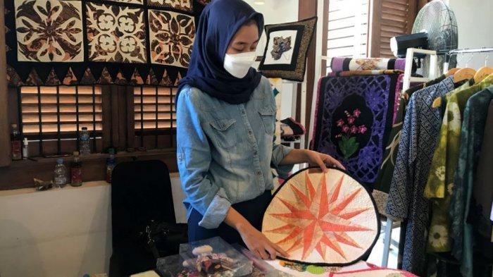Pengelola Double Eight Craft, Reghina Najla sedang menunjukkan satu diantara produk handmade buatannya.