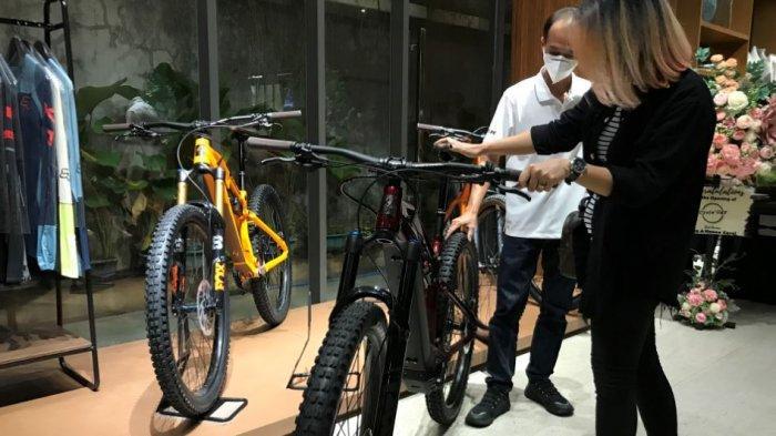 Seorang pengunjung terlihat sedang melihat-lihat produk sepeda yang ada di Cycle'ogy, Jumat, (30/4/2021).