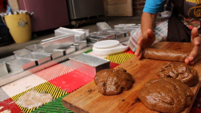 Cobalah Produksi Roti Ganjel Rel, Widya sudah Buktikan Laris Manis