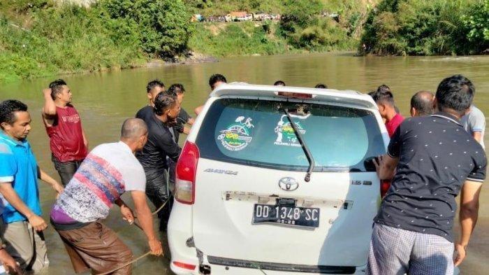 Mobil Avanza Putih Nyemplung ke Sungai Akibat Sopir Mengantuk: 7 Orang Selamat, 3 Penumpang Hilang