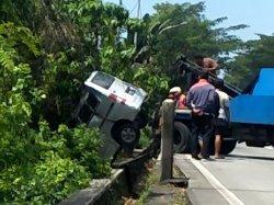 BREAKING NEWS: Kecelakaan di Banyumanik Semarang, Mobil Terguling ke Jurang, Lalu Lintas Tersendat