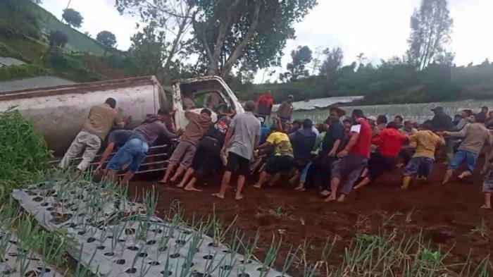 Warga Cetho Karanganyar Gotong Royong Evakuasi Truk Kecelakaan Masuk Jurang