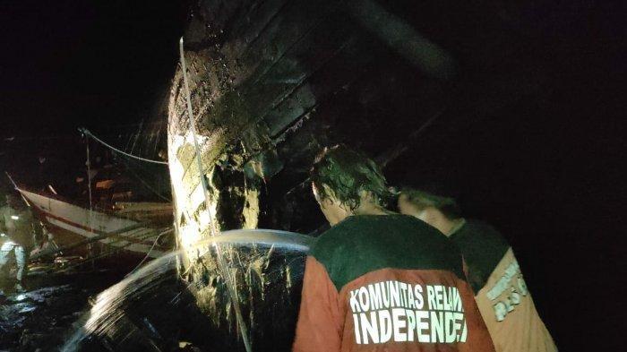 Bakar Sampah di Pati Beraikibat Fatal, Sebuah Kapal Hangus Tersambar Si Jago Merah