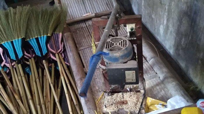 Sapu Rayung Buatan Khamim Mungkid Tembus Pasar Ekspor - proses-pembuatan-sapu-rayung-di-magelang.jpg