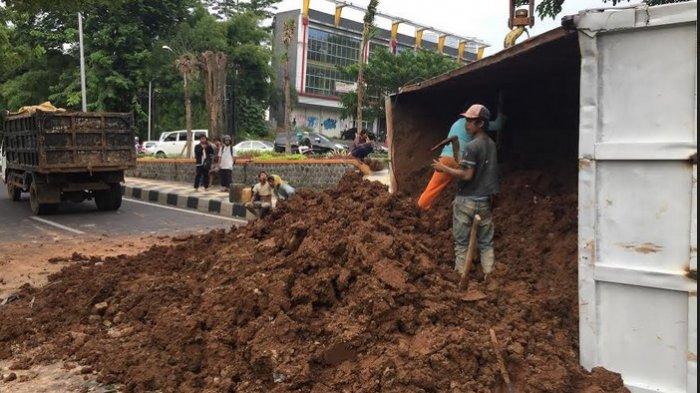 Pemindahan Muatan Truk Tanah Terguling di Kaliwiru Dilakukan Secara Manual dengan Cangkul