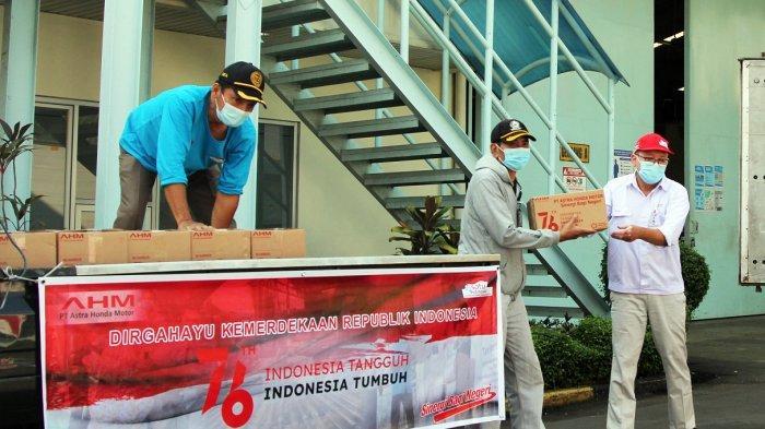 "Proses pendistribusian bantuan ""Paket Merdeka Peduli Masyarakat"" kepada masyarakat sekitar AHM Kawasan Industri Pulogadung"
