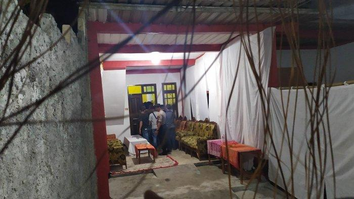 Foto Penggeledahan Istana Keraton Agung Sejagat di Purworejo oleh Polisi, Warga Foto Sama Pak Bhabin
