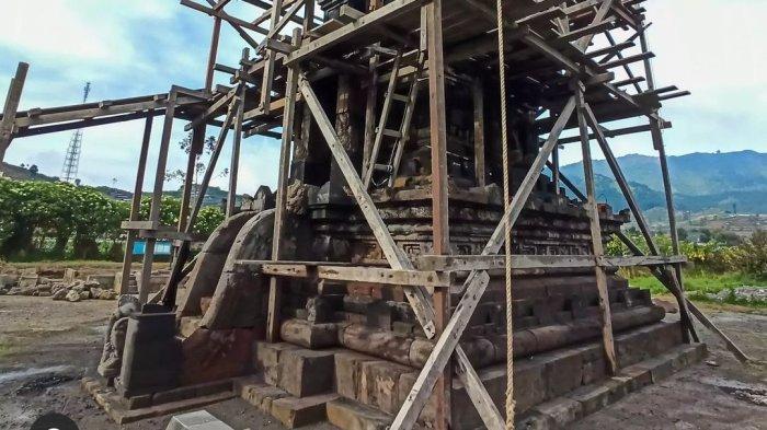 Proses restorasi Candi Setyaki Dieng.