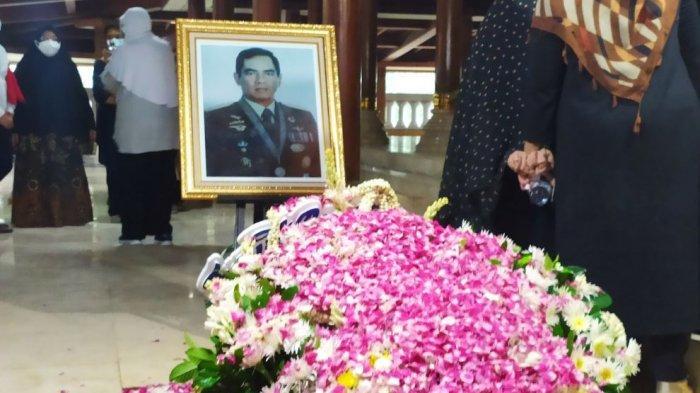 Mantan KSAD Jenderal TNI Purn Wismoyo Arismunandar Dimakamkan di Samping Makam Putrinya
