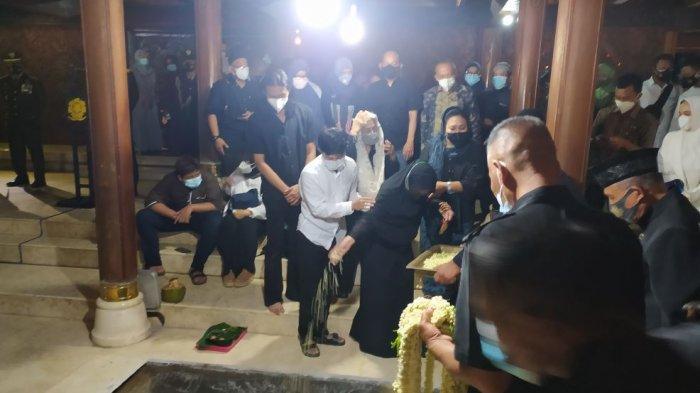 Prosesi pemakaman Mantan KSAD Jenderal TNI Purn Wismoyo Arismunandar di selasar Argosari Astana Giribangun Kecamatan Matesih Kabupaten Karanganyar, Kamis (28/1/2021).