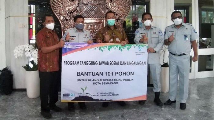 Jasa Raharja Sumbang 101 Pohon ke Pemkot Semarang & 100 Paket Sembako untuk Awak Bus
