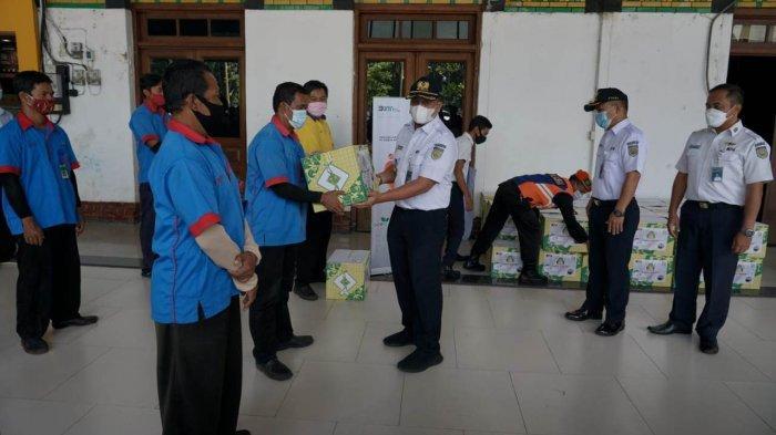 KAI Daop 4 Semarang Berikan Bantuan Sembako Kepada Porter