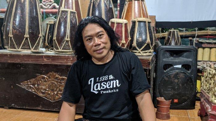 Puji Darsono (46) alias Ki Dalang Gondrong Al-Frustasiah saat ditemui di kediamannya, Kamis (4/2/2021).