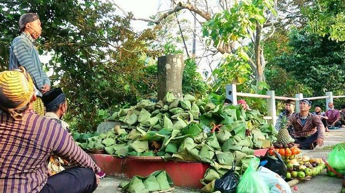 Puncak prosesi Sesaji Rewanda, dengan cara menata sesaji dan berdoa di batu tetenger yang ada di puncak bukit Goa Kreo yang dilakukan masyarakat Talun Kacang Kelurahan Kandri, Kecamatan Gunung Pati, Kota Semarang, Sabtu (15/5/2021).