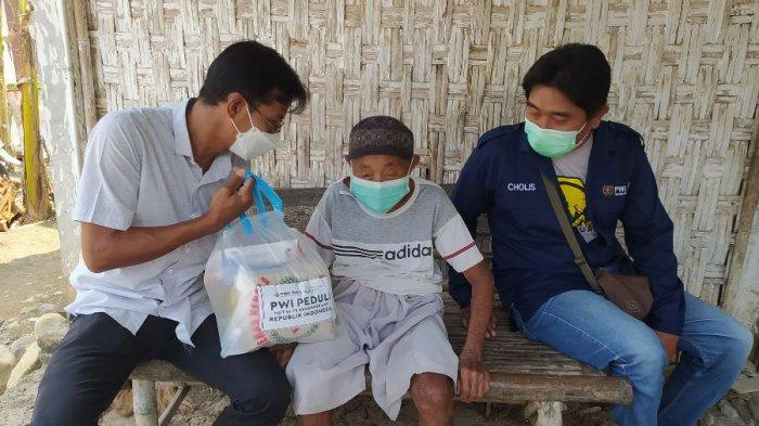 PWI Pati Berikan Bantuan Sembako dan Masker untuk Anak Yatim dan Duafa