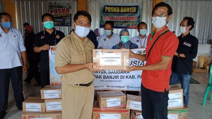 PWI Bersama KPU Pati Berikan Obat-Obatan untuk Korban Banjir di Desa Karangrowo