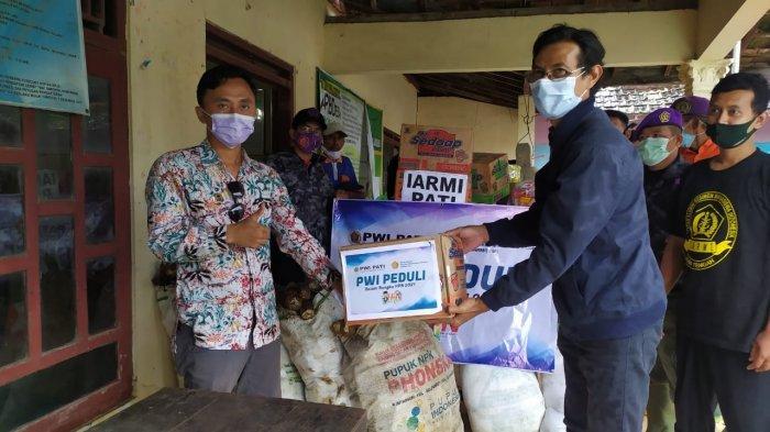PWI dan IARMI Pati Salurkan Bantuan Sembako pada Korban Banjir di Jakenan