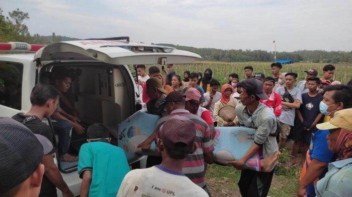 Jasad Raihan (15), warga Pekon Sinarwaya, Kecamatan Adiluwih, Kabupaten Pringsewu, dibawa menggunakan ambulans. Raihan meninggal dunia karena tenggelam di Sungai Way Sekampung, Pekon Sukoharjo IV, Kecamatan Sukoharjo, Kabupaten Pringsewu, Minggu (5/9/2021) sore.