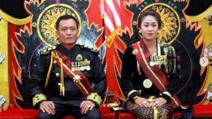 Raja Totok Santoso Hadiningrat (42) dan Kanjeng Ratu Dyah Gitarja (41) , pemimpin Keraton Agung Sejagad