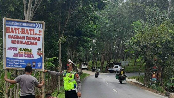 Polres Karanganyar Pasar Rambu Rawan Kecelakaan di Desa Toh Kuning