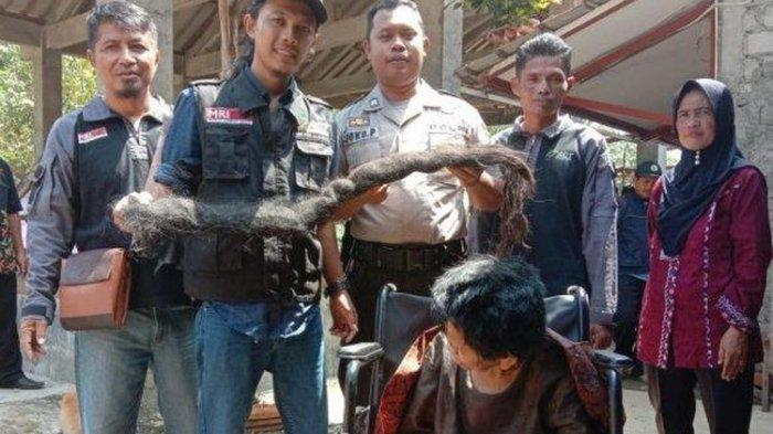Relawan Merinding ketika Potong Rambut Gimbal 2 Meter Sukiyah yang Jadi Sarang Tikus dan Ulat