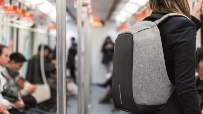 Tak Hanya Anti-maling, Tas Ini Juga Bisa untuk Charger Baterai Handphone. Cocok untuk Traveling!