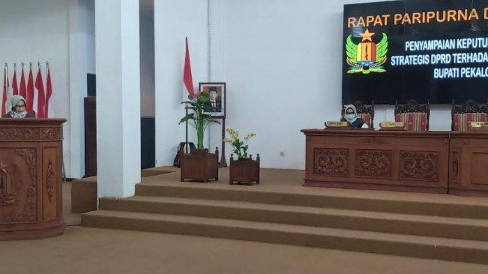 Ketua DPRD Kabupaten Pekalongan Hindun menyerahkan catatan strategis dan rekomendasi laporan Keterangan Pertanggungjawaban Bupati Pekalongan Akhir Tahun Anggaran 2020, di ruang paripurna DPRD Kabupaten Pekalongan, Kamis (29/4/2021).