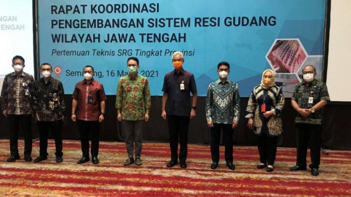 Penandatanganan nota kesepahaman Pemanfaatan Sistem Resi Gudang dan Pasar Lelang Komoditas dalam Mendukung Terwujudnya Ketahanan dan Kedaulatan Pangan Nasional, antara Badan Pengawas Perdagangan Berjangka Komoditi (Bappebti) Kemendag dan PT Rajawali Nusantara Indonesia (PT RNI), yang disaksikan oleh Wakil Menteri Perdagangan, Jerry Sambuaga (dari kiri no 1) dan Gubernur Jawa Tengah, Ganjar Pranowo (dari kanan no 1), di Hotel Gumaya Semarang, Selasa (16/3/2021)