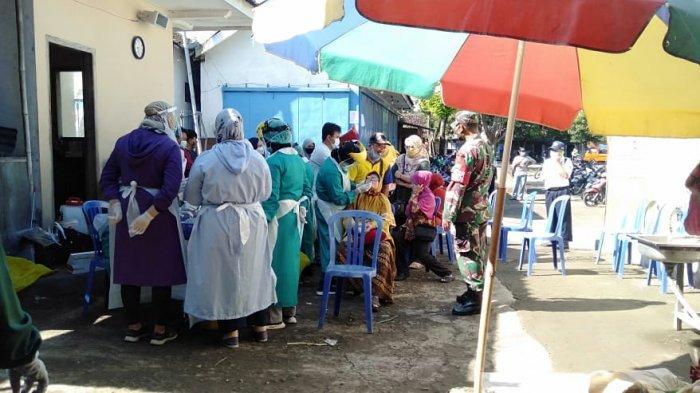 226 Pedagang Pasar Jambangan Mojogedang Jalani Rapid Swab Antigen Massal