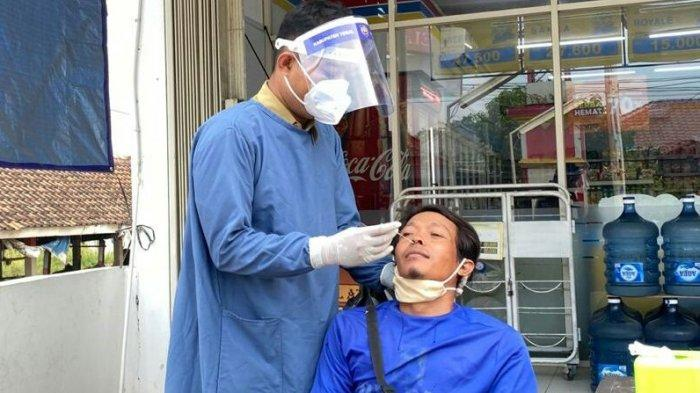 Rapid Tes Antigen di area pasar Desa Karangjati, Kecamatan Tarub, Kabupaten Tegal, Selasa (15/6/2021). Dari 23 orang yang mengikuti, ada satu orang yang hasilnya menunjukan reaktif Covif-19 dan 22 orang sisanya menunjukan hasil non reaktif.