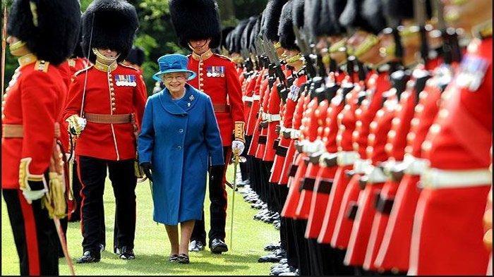 Ternyata Ini Alasan Topi Pasukan Kerajaan Inggris Dibuat Tinggi