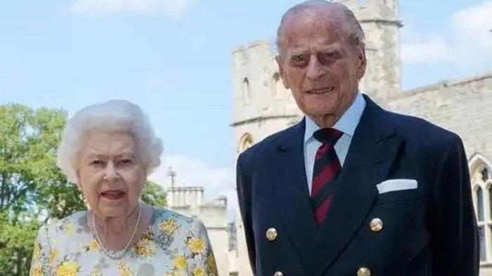Ratu Elizabeth II bersama Pangeran Philip. Foto ini merupakan foto terbaru yang dirilis Istana Buckinghan bertepatan dengan ulang tahun ke-99 Pangeran Philip.(Tangkap layar via Reuters)
