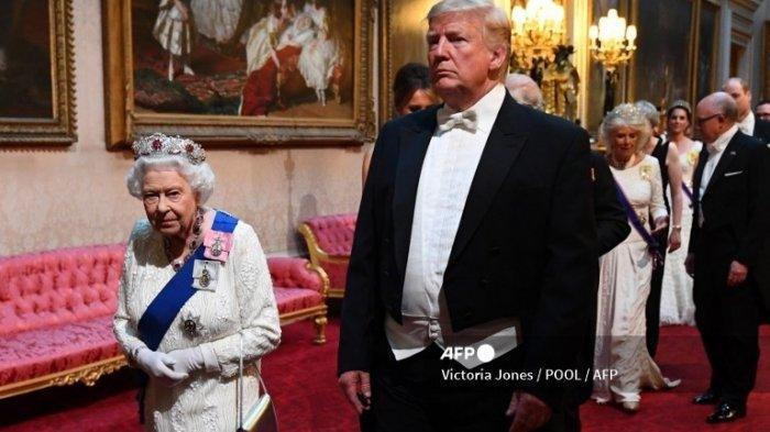 Ratu Elizabeth II (Kiri) dari Inggris berjalan dengan Presiden AS Donald Trump (tengah) dan tamu lainnya saat mereka tiba melalui Galeri Timur selama Perjamuan Negara di ballroom di Istana Buckingham di pusat kota London pada 3 Juni 2019, pada hari pertama kunjungan kenegaraan tiga hari presiden AS dan Ibu Negara ke Inggris.