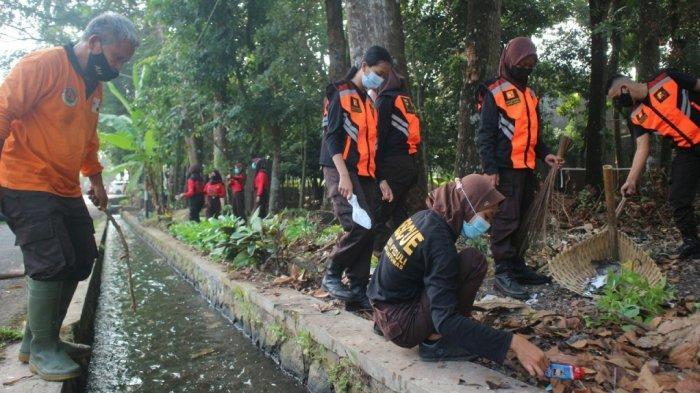 Peringatan Hari Lingkungan Hidup, Pramuli Banyumas Bersihkan Hutan Kota