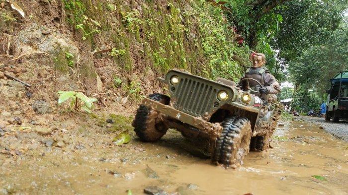 Ratusan mobil remote control (RC) adventure, mengikuti trailing explorer RC adventure Pekalongan di objek wisata Linggoasri, Pekalongan