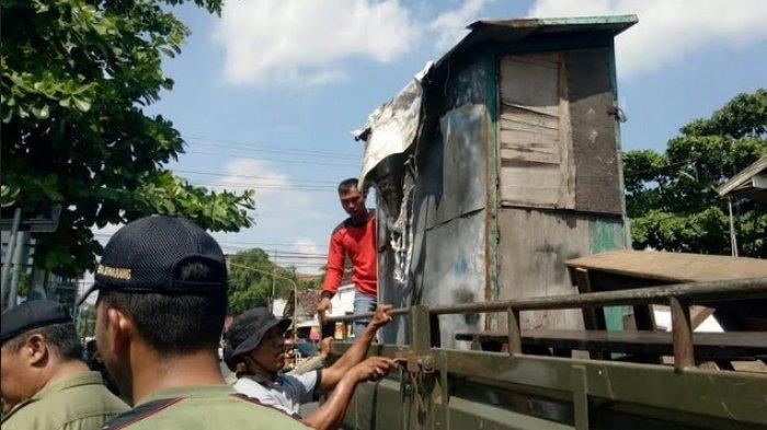 Pengepul Rongsok Ini Gagal Pertahankan Barangnya Saat Akan Disita Satpol PP Kota Semarang