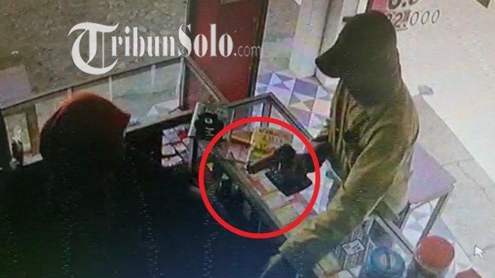 Rekaman CCTV usaha perampokan di toko ponsel JP Cell, Desa Drono, Kecamatan Ngawen, Kabupaten Klaten, Senin (14/7/2021).