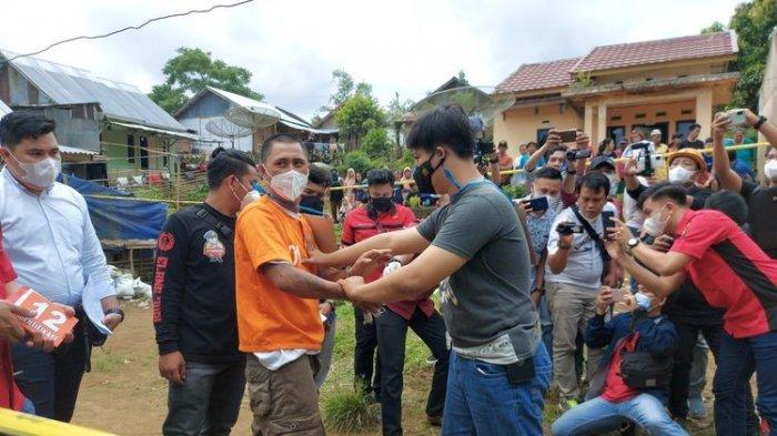 Rekonstruksi pembunuhan pria dengan 13 luka tusukan di Desa Sukamerindu, Kepahiang, Bengkulu, Kamis (10/06/2021). Pelaku diduga dendam korban memperkosa istrinya dua kali.