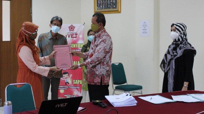 Rekto Universitas Ivet Prof Dr Rustono menyerahkan SK pengesahan Buku Panduan MBKM kepada tim perumus buku panduan MBKM