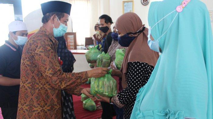 Bangun Kebersamaan di Bulan Ramadan, Unisvet Bagi Sembako ke Warga Sekitar Kampus