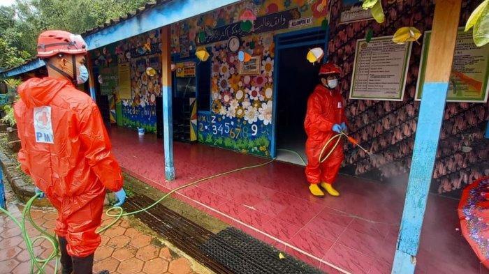 Antisipasi Persebaran Covid-19, PMI Sragen Lakukan Penyemprotan Disinfektan di Desa Pengkol