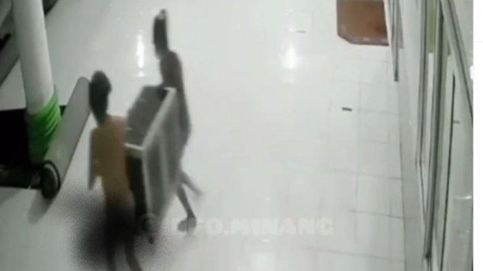 Viral Video 2 Pemuda Hanya Kenakan Celana Dalam Curi Kotak Amal Masjid