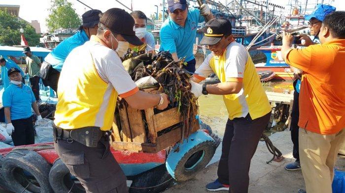 Polri, TNI, Pemerintah dan Masyarakat Berjibaku Bersihkan Sungai Silugonggo Juwana Pati