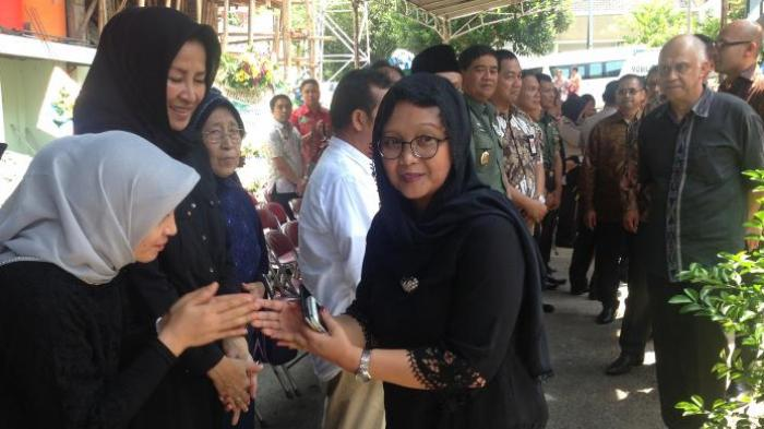 Retno Marsudi Tiba di Rumah Ayahnya di Kota Semarang Langsung Menyalami Pelayat