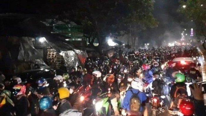 Ribuan Pemudik Motor Jebol Barikade Penyekatan di Perbatasan Bekasi-Karawang