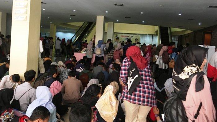 Ribuan Pencari Kerja Rela Menunggu Berjam-jam Untuk Melamar di Job Fair Kota Pekalongan
