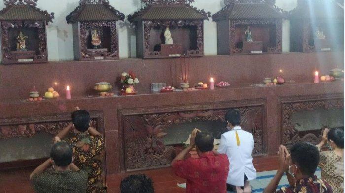 Umat Budha mengikuti ritual Puja Bakti menyambut detik-detik Waisak di Vihara Avalokitesvara pada Rabu (26/5/2021).