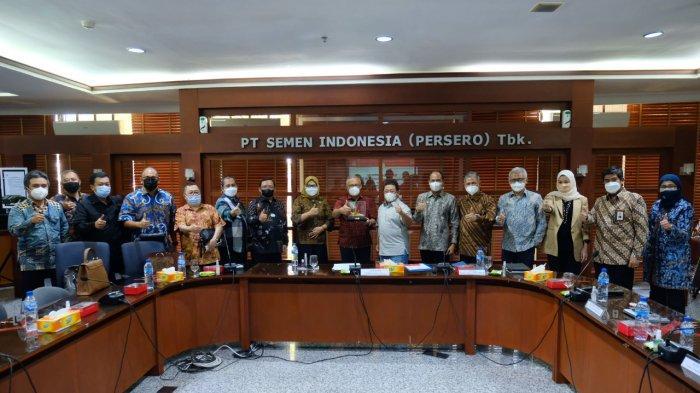 Rombongan anggota Komisi VI DPR RI berfoto bersama sekaligus menerima plakat kenang-kenangan dari PT Semen Gresik.