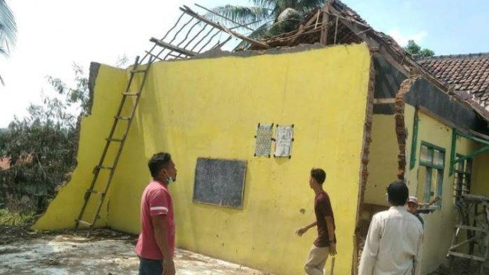 Belajar Tatap Muka Kembali Ditunda Bukan Karena Corona, Atap Sekolah Ambrol Diterpa Angin Kencang